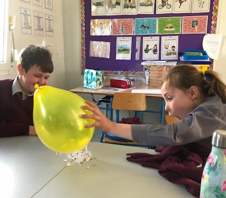 Investigating Static Electricity 👩🔬👨🔬 ⚡️ 🎈